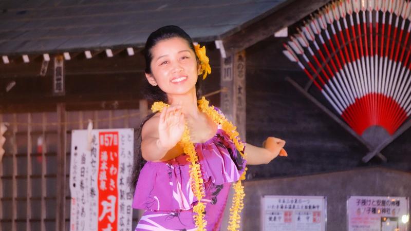 地域のイベントで踊るSaya先生(2019年10月「フラのまちオンステージ2019」)